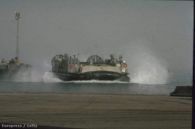 LCAC (Landing Craft Air Cushion-class) légpárnás hajó