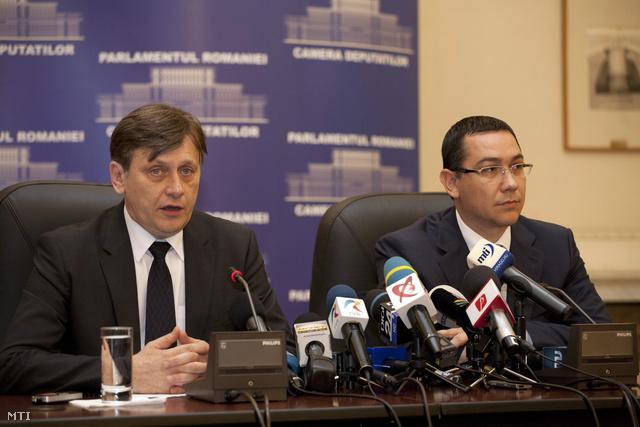 Crin Antonescu, a szenátus elnöke, ideiglenes államfő (b) és Victor Ponta miniszterelnök sajtóértekezleten vesz részt, miután a román parlament két kamarája megszavazta Traian Basescu elnök felfüggesztését