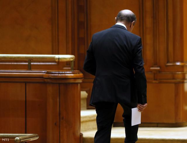 Traian Basescu román államfő elhagyja a pódiumot