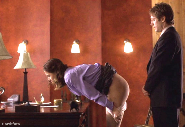Maggie Gyllenhaal és James Spader híres fenekelős jelenete a Titkárnő c. filmből