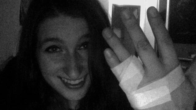 Kelsey büszkén mutatja a szexuális zaklató orrán edzett kezét
