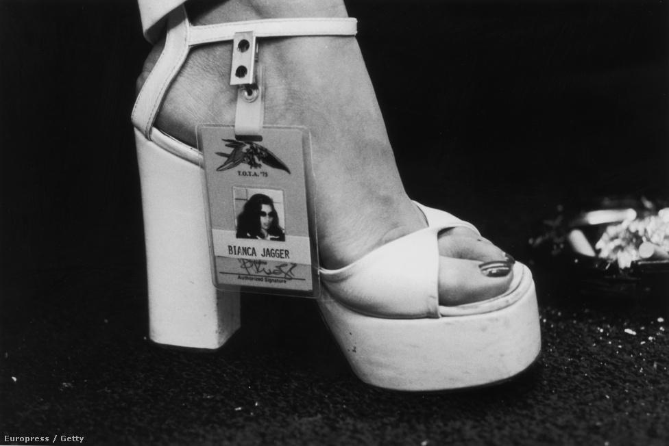 Bianaca Jagger bal lábfeje és backstage belépője 1975-ben.