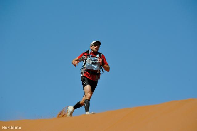 Rick Gannon futja az ultramaratont a Namíb-sivatagban, nála van a jegygyűrű