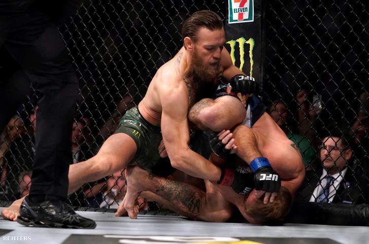Conor McGregor üti a földön fekvő Donald Cerrone-t az UFC 246 gálamérkőzésen