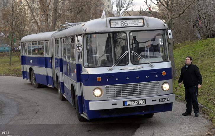 Képünk illusztráció! Nosztalgia Ikarus 180-as busz áll a Bogdáni úti végállomáson