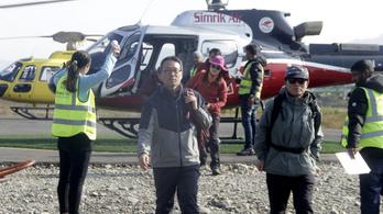 Újabb lavinák akadályozzák az eltűnt hegymászók mentését a nepáli Annapurnánál