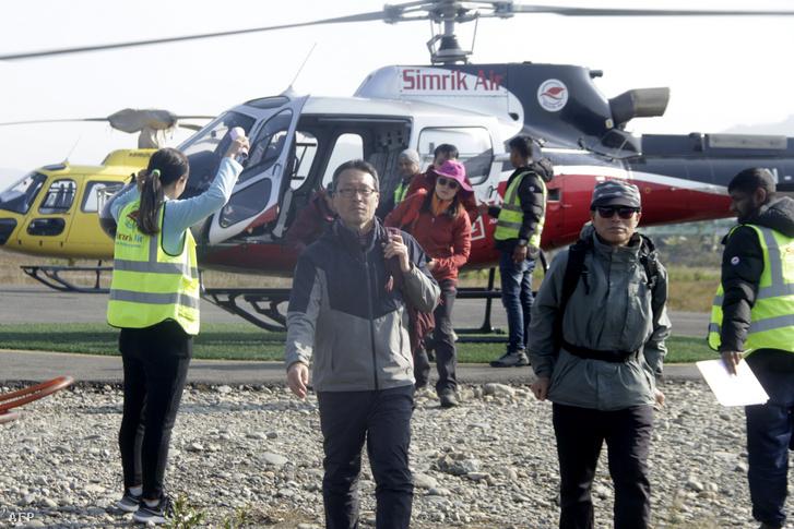 Túrázók érkeznek vissza az Annapurnáról, miután megmentették őket a Pokhara repülőtérre 2020. január 18-án