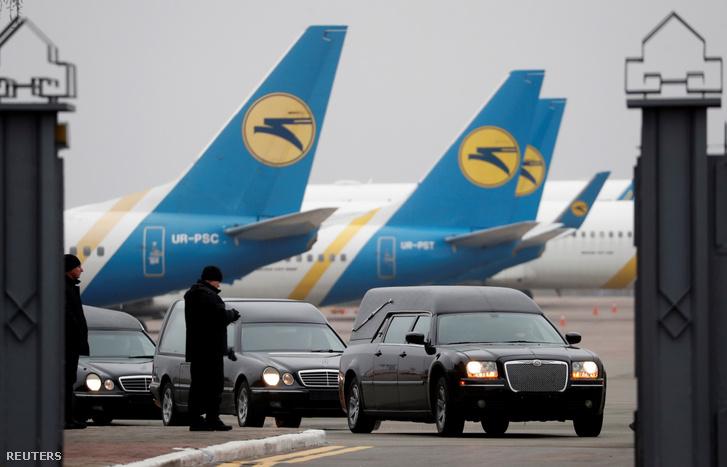 Halottaskocsikban szállítják el az Iránban lelőtt 752-es repülő ukrán áldozatait 2020. január 19-én a kijevi Boryspil repülőtérről