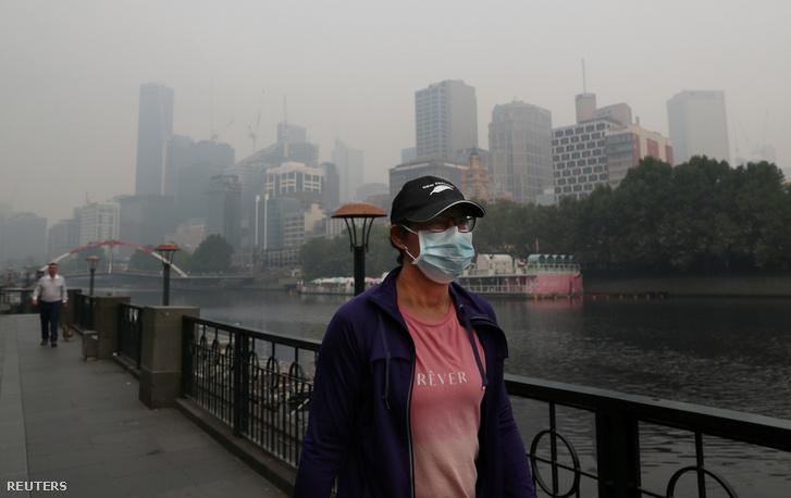 Ember sétál maszkban Melbourne-ben a füstköd miatti rossz levegőben 2020. január 14-én