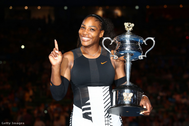 Serena Williams a 2017-es Australian Open trófeával január 28-án