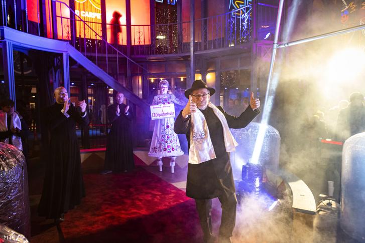 Fekete Péter az Emberi Erőforrások Minisztériumának kultúráért felelős államtitkára köszönti a 13. Budapesti Nemzetközi Cirkuszfesztivál zsűrijét és a fellépő művészeket az ünnepélyes megnyitón a Fővárosi Nagycirkusz előtt 2020. január 8-án.