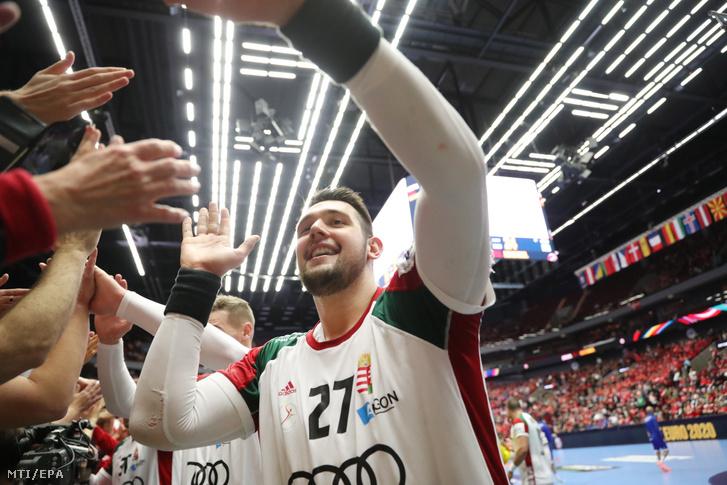 Bánhidi Bence szurkolókkal ünnepli csapata győzelmét az Izland–Magyarország-mérkőzés végén