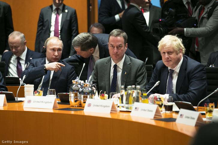 Vlagyimir Putyin és Boris Johnson a berlini konferencián