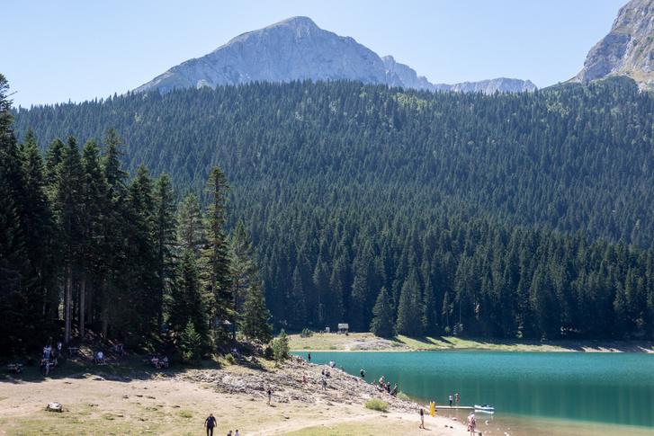 A Fekete tó, ami igazából kettő, de csak akkor, ha alacsony a vízállás. Akkor keletkezik köztük egy kisebb földnyelv.