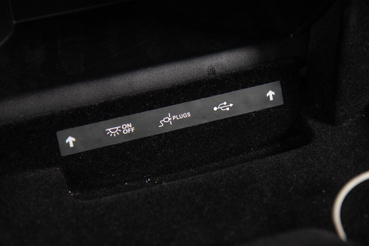 Az egy darab USB kicsit kevés, a hátsó utasoknak is kéne.