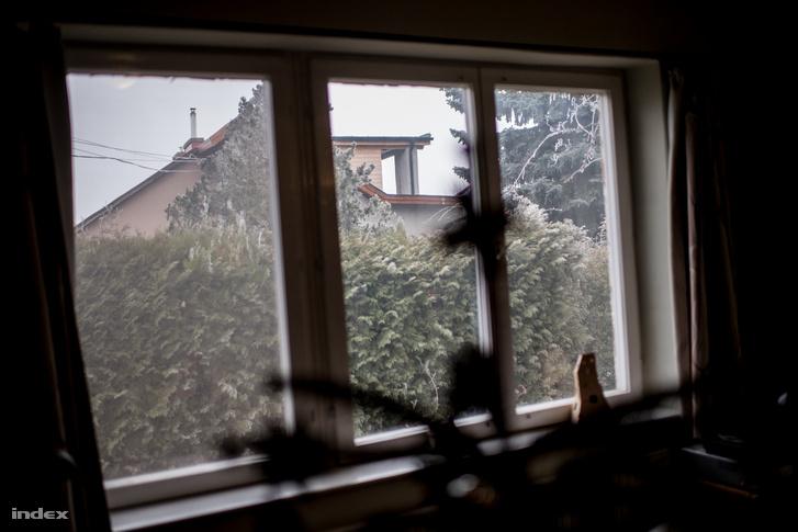 András lakásából látható tetőráépítés.
