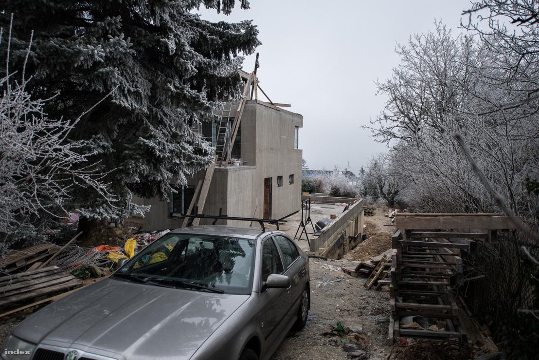 Az építkezés András szerint jelenleg is zajlik, kívülről úgy tűnik, lassan el is készülnek az épület bővítésével.