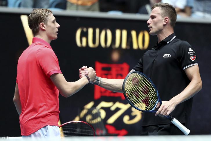 A győztes Fucsovics Mártonnak (jobbra) gratulál a kanadai Denis Shapovalov a melbourne-i ausztrál nyílt teniszbajnokság férfi egyesének első fordulójában játszott mérkőzésük végén 2020. január 20-án