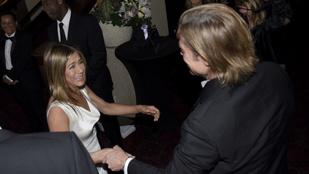 Brad Pitt megfogta Jennifer Aniston kezét a SAG Awardson, ettől a teljes nemzetközi sajtó megőrült