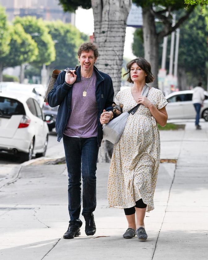 A fotókon látszik, hogy már óriási a hasa, valószínűleg terhessége utolsó napjaiban/heteiben jár