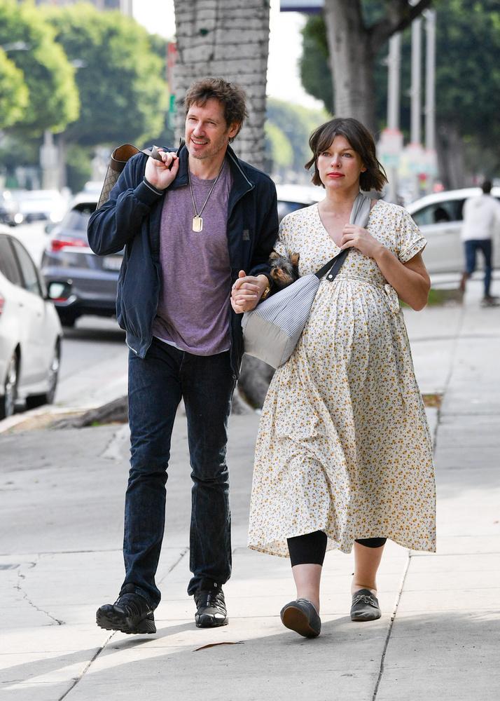 A színésznőt férje, Paul Anderson és apró kutyájuk társaságában fotózták le.