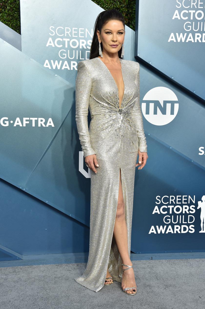 Catherine Zeta-Jones egy dekoltázst hangsúlyozó Julien X Gabriela kreációban lépett a vörös szőnyegre.
