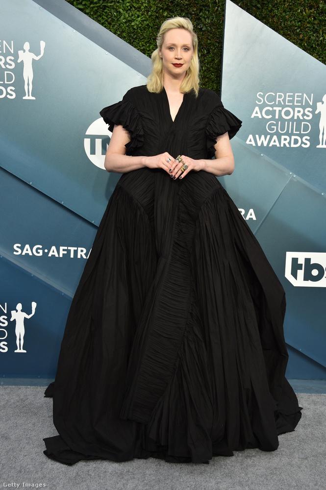 A Trónok harcából és a Csillagok háborújából is ismert Gwendoline Christie jól megmutatta, hogy mekkora szoknya egy igazán nagy szoknya.