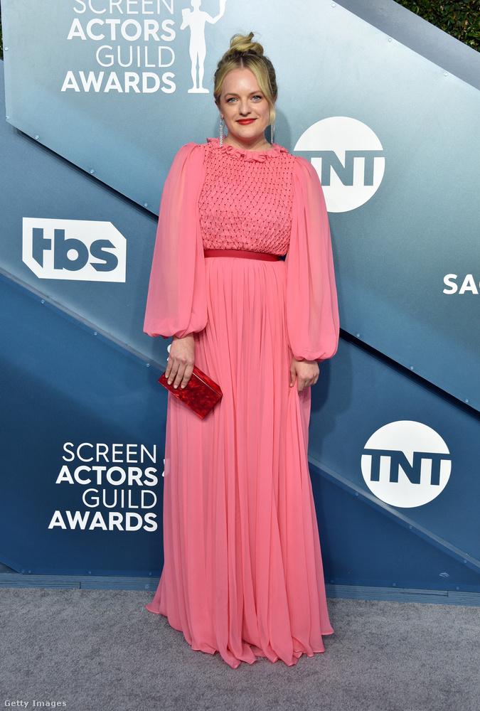 Elizabeth Moss szintén bátran nyúlt a színekhez, érdemes megfigyelni a ruha rózsaszínjének kontrasztját a kiegészítőkkel!