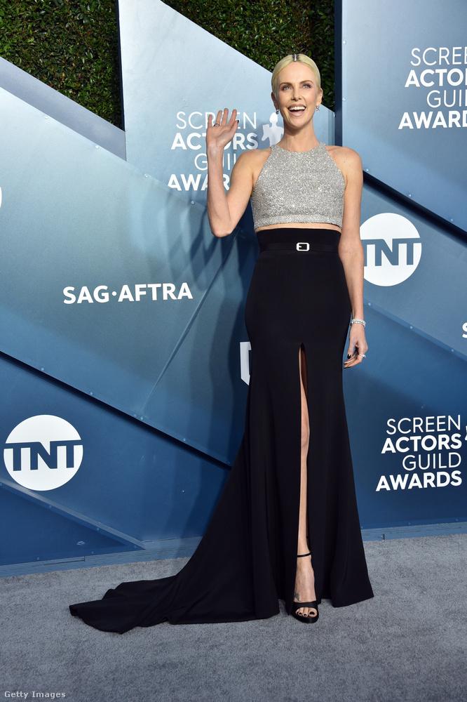 Szintén a földig ér Charlize Theronnak a Givenchy-szoknyája