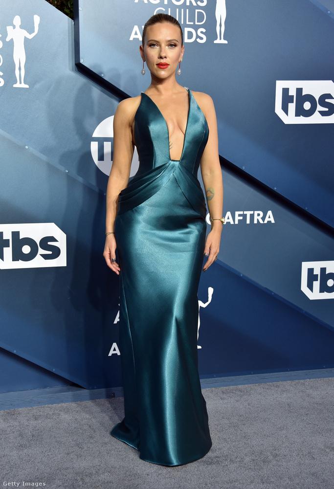 Scarlett Johansson az idei díjkiosztó-szezon egyik legnagyobb sztárja, és ő egy fényes, zöld, ízlésesen dekoltált, szűk aljú ruhát vett a színészek szakszervezetének (Screen Actors Guild, azaz SAG) gálájára