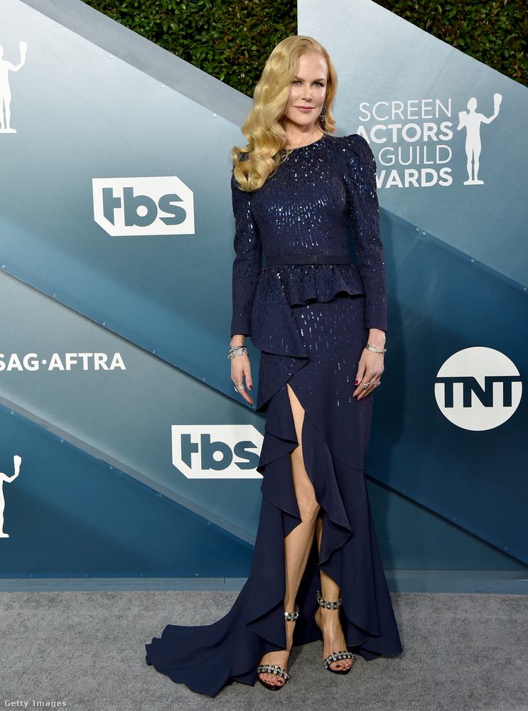 Nicole Kidman a Michael Kors Collection egyik darabját viselte, és bár ez is egy elég egyenes vonalú fazon, ennek még van egy pici uszálya.