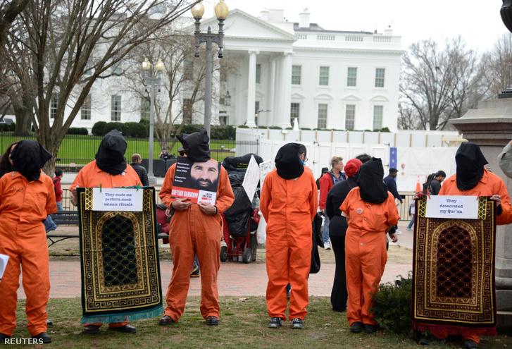 A 18 évvel ezelőtti Guantanamo-öbölben megnyitott fogvatartási tábor bezárásáért tüntetők a Fehér Ház közelében 2020. január 11-én