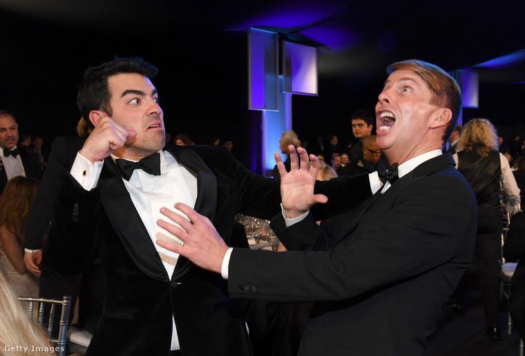 A bal oldalon Joe Jonas csinál úgy, mintha be akarna húzni egyet a jobb oldalon levegőbe harapó Jack McBrayernek.