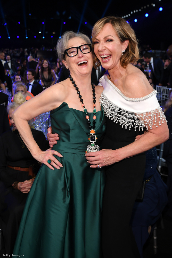Meryl Streep és Allison Janney közös, röhögős fotójával búcsúzunk, de ne feledjük, hogy ugyanezen a gálán volt az a történelmi esemény, hogy Brad Pitt Megfogta Jennifer Aniston Kezét! Kattintson ide a fotókért, ha még nem látta őket!