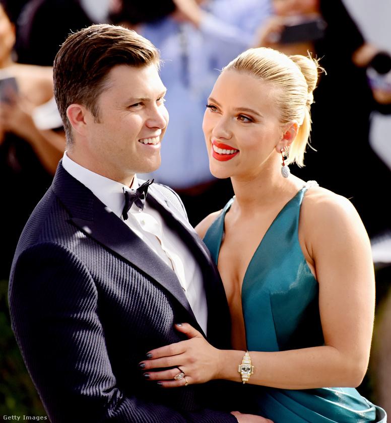 Scarlett Johansson ugyan mindig veszt Renée Zellwegerrel szemben, de azért nagy mosollyal bújik oda vőlegényéhez.