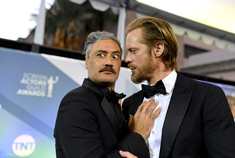 Összebújt Taika Waititi és Alexander                         Skarsgård is, de ők csak a poén kedvéért