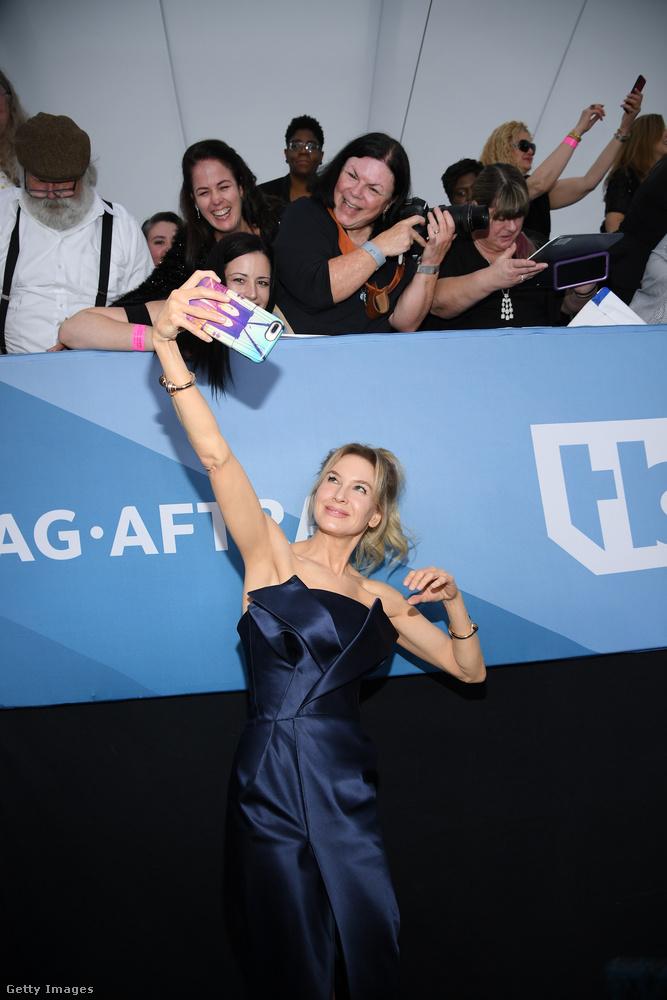 ...Itt pedig szelfizik a színésznő, akit a legesélyesebbnek tartanak arra, hogy idén az Oscar-gálán is nyerjen