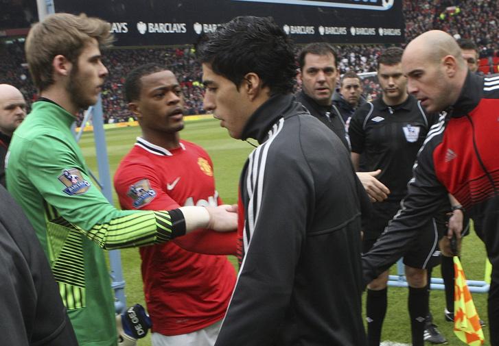Evra és Suarez első találkozása a rasszistabalhé után: Suarez nem akart kezet fogni a francia játékossal, aki ezt zokon vette