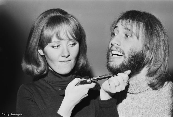 Képünk illusztráció! A Bee Gees énekesének, Maurice Gibbnek vágja le felesége a szakállát 1970-ben