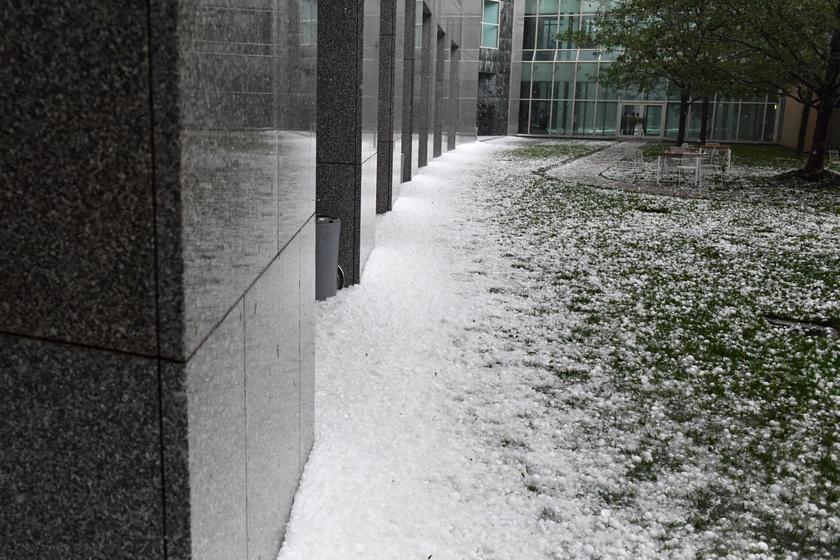 A canberrai parlament jégdarabkákkal borított udvara egy hatalmas vihart követően 2020. január 20-án.