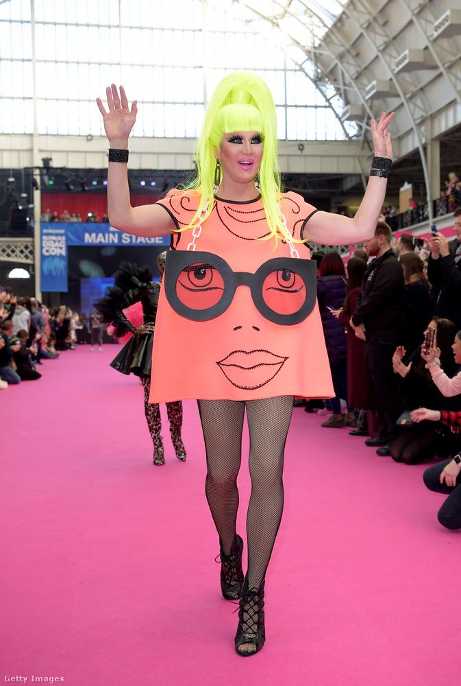 Charlie Hides szintén egy brit drag queen, de ő nem várta ki, amíg hazájában is beindul a tévéműsor, hanem pár évvel ezelőtt elment az amerikai, eredeti Drag Race-be.
