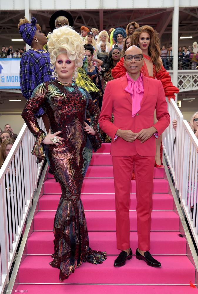 Folytassuk a Drag Con UK további nevezetes résztvevőivel, itt a bal oldalon The Vivienne látható, az első brit Drag Race-szezon hírességeket elképesztő tehetséggel parodizáló győztese, mellette pedig maga RuPaul áll.