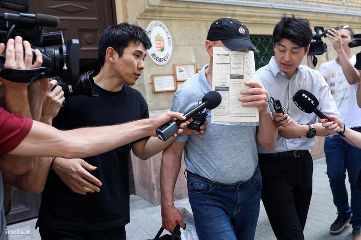 A Viking Sigyn kapitánya távozik a bíróságról, miután óvadék ellenében szabadlábra helyezték 2019 június 13-án.