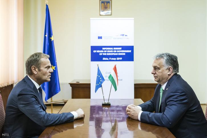 Orbán Viktor (jobbra) és Donald Tusk nagyszebeni találkozójukon az Európai Unió rendkívüli csúcstalálkozójának napján, 2019. május 9-én
