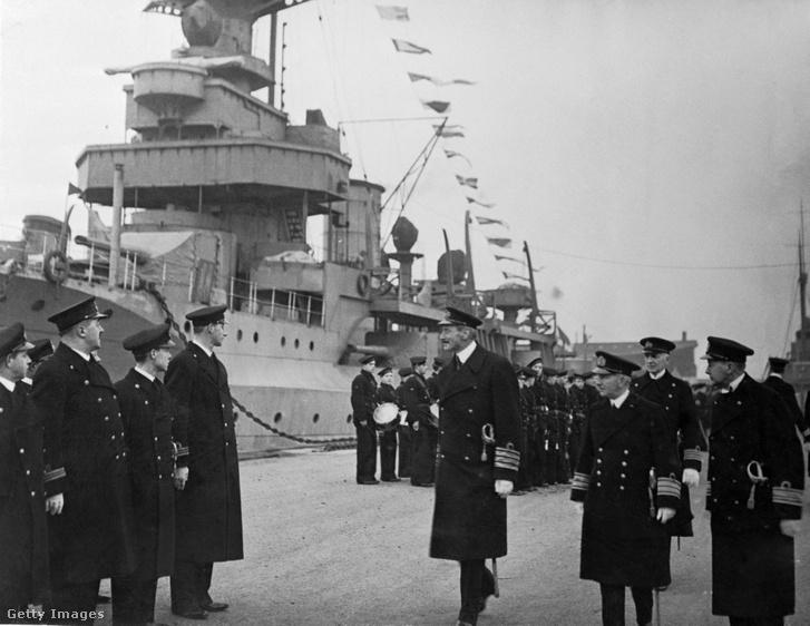 A dán királyt a nácik letartóztatták, valamint a haditengerészeti flotta nagy részét elsüllyesztették. A háttérben a Niels Ieul zászlóshajó a dán flotta legnagyobb hajója, amelyet a nácik lebombáztak, amikor semleges vizekre próbált jutni. 1943. augusztus 29.
