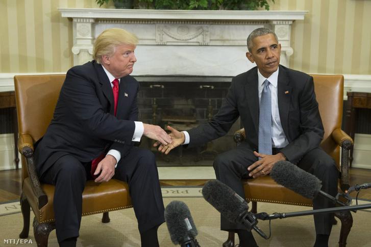 Barack Obama hivatalban levő amerikai elnök és Donald Trump megválasztott elnök kezet fog a sajtótájékoztatójukon a washingtoni Fehér Ház Ovális Irodájában 2016. november 10-én, az elnökválasztás után két nappal.