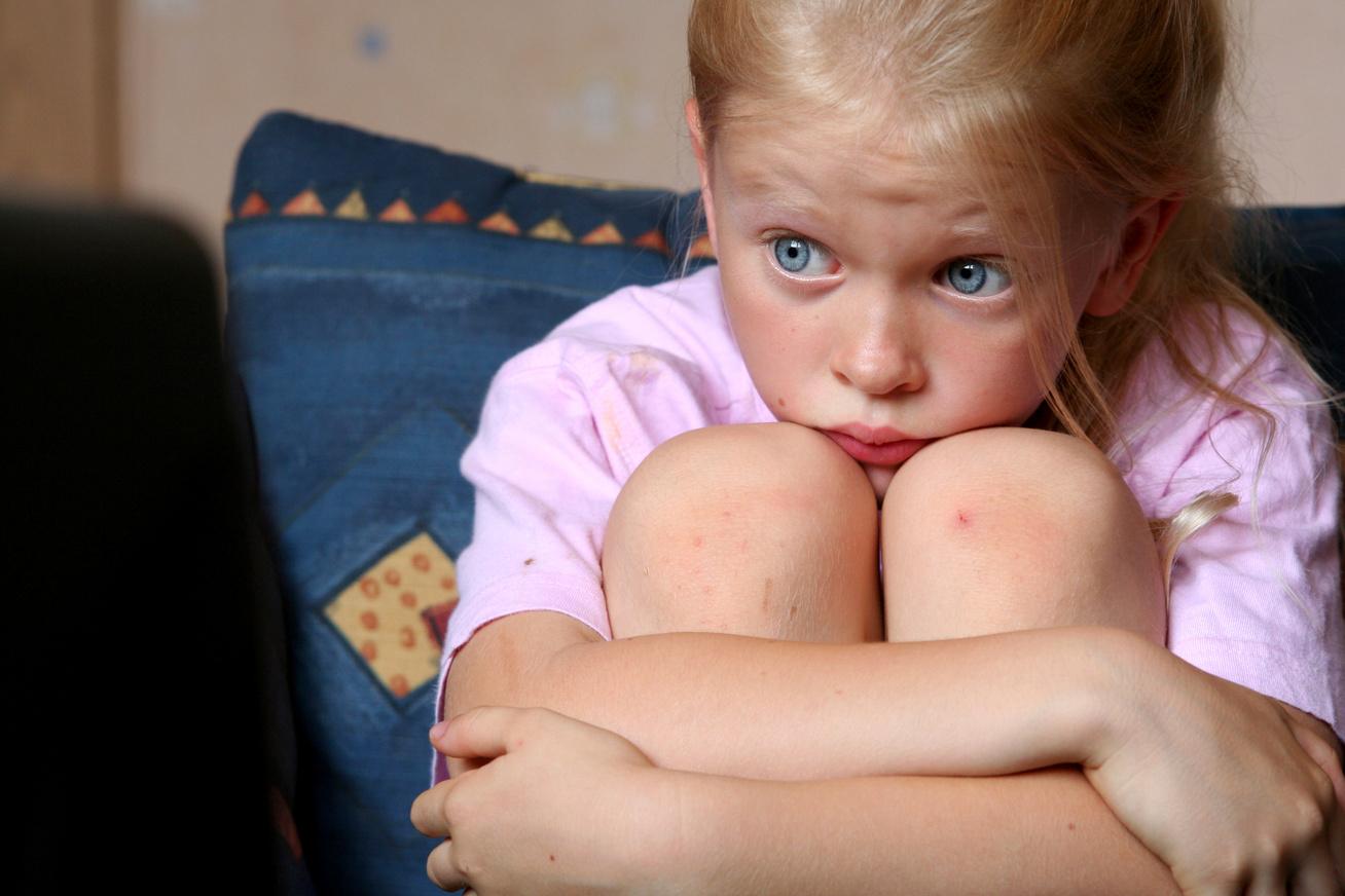 gyerek néz tévét nyitó