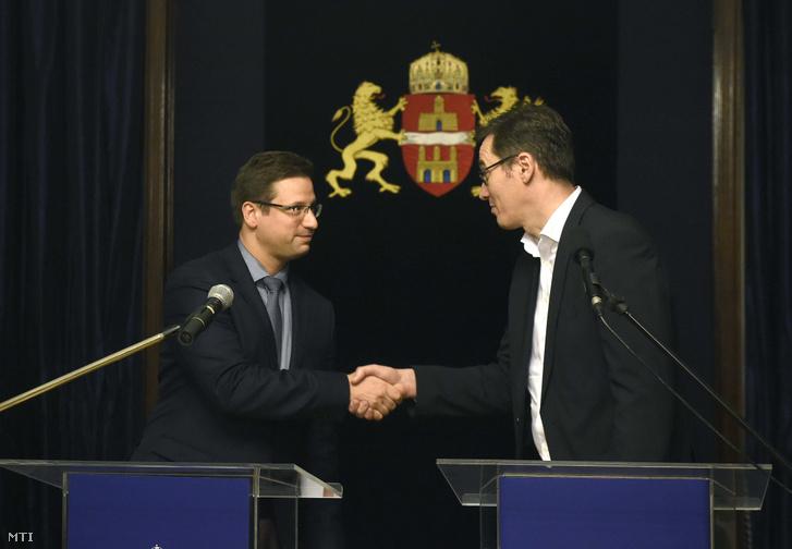 Karácsony Gergely főpolgármester (j) és Gulyás Gergely Miniszterelnökséget vezető miniszter kezet fog a Fővárosi Közfejlesztések Tanácsának ülése után tartott közös sajtótájékoztatón a Városházán 2019. december 12-én.