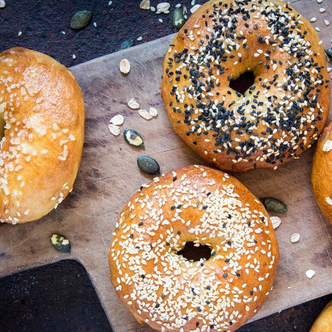 Könnyű, puha bagel házilag – A jó tésztának egy titka van