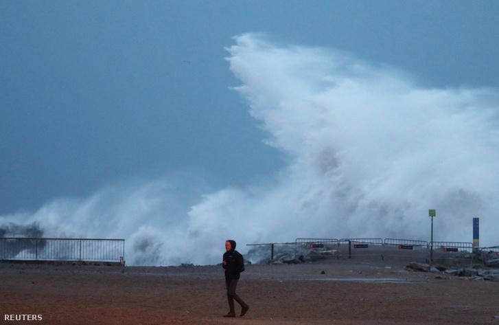 Gloria vihar által felkorbácsolt hullámok Barcelonai tengerparton 2020. január 20-án